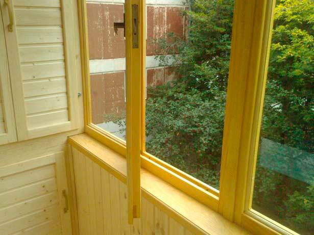 """Остекление балконов деревом """"окна эконом""""."""