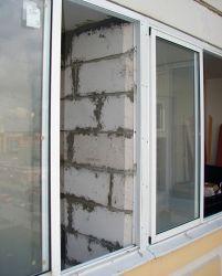 """Перегородка из пеноблоков на балкон """"окна эконом""""."""