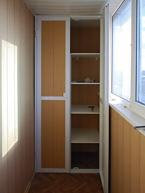 Шкаф пенал на маленький балкон.